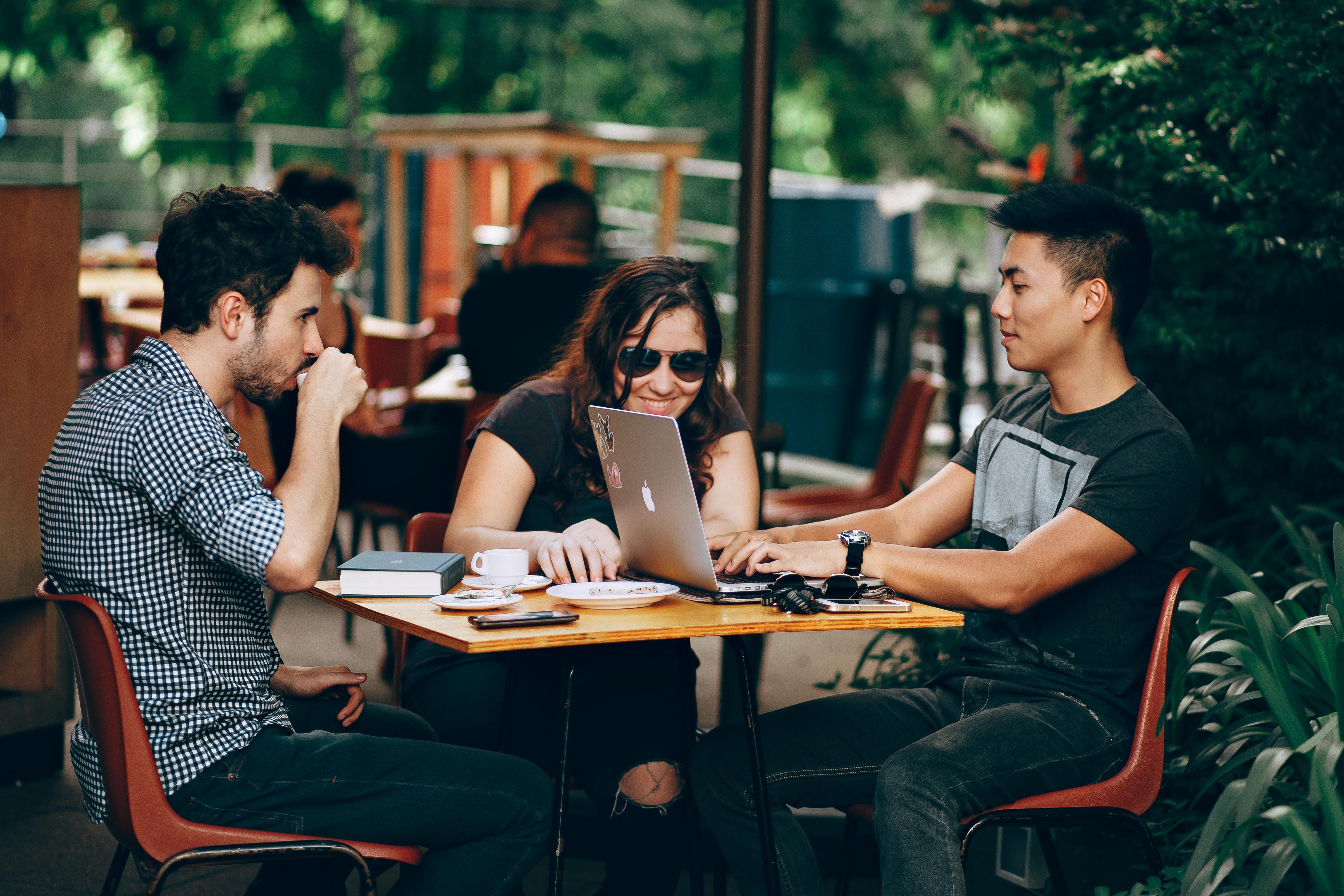 大学のカフェ画像