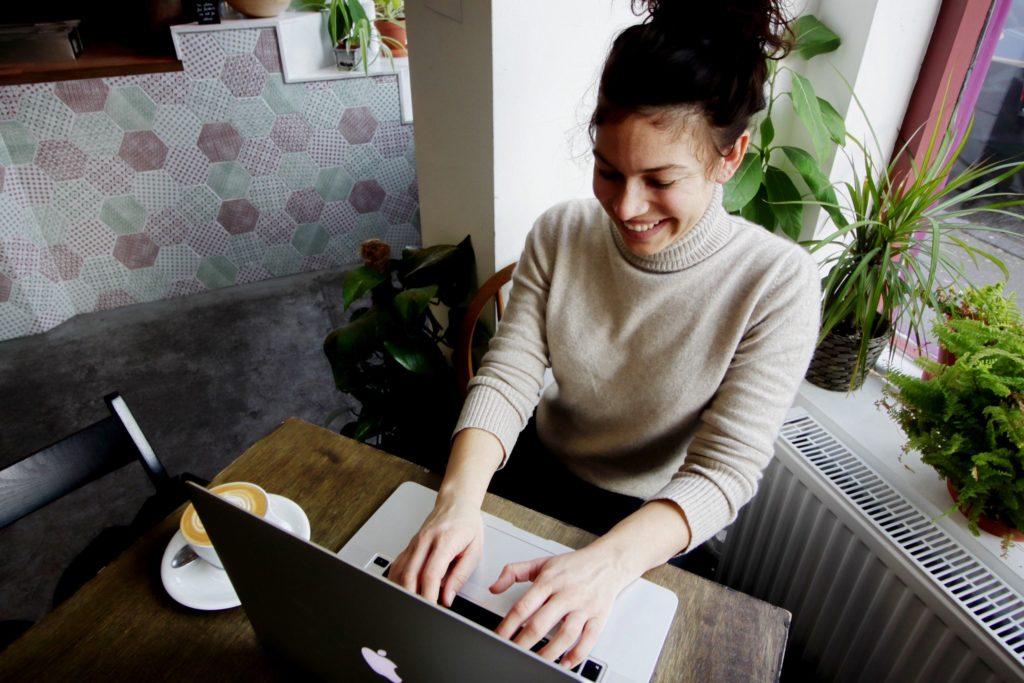 カフェで作業する女性画像