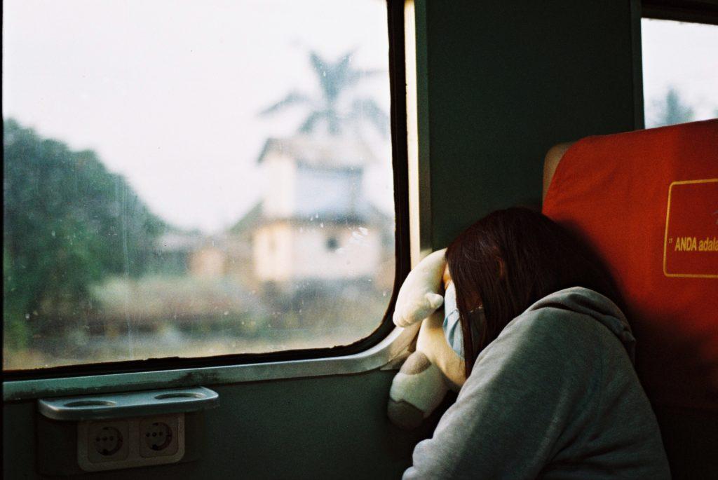 電車の中で睡眠画像