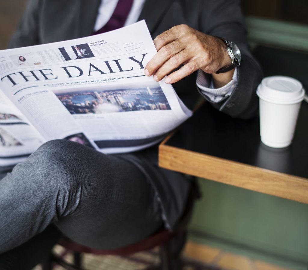 新聞を読む画像