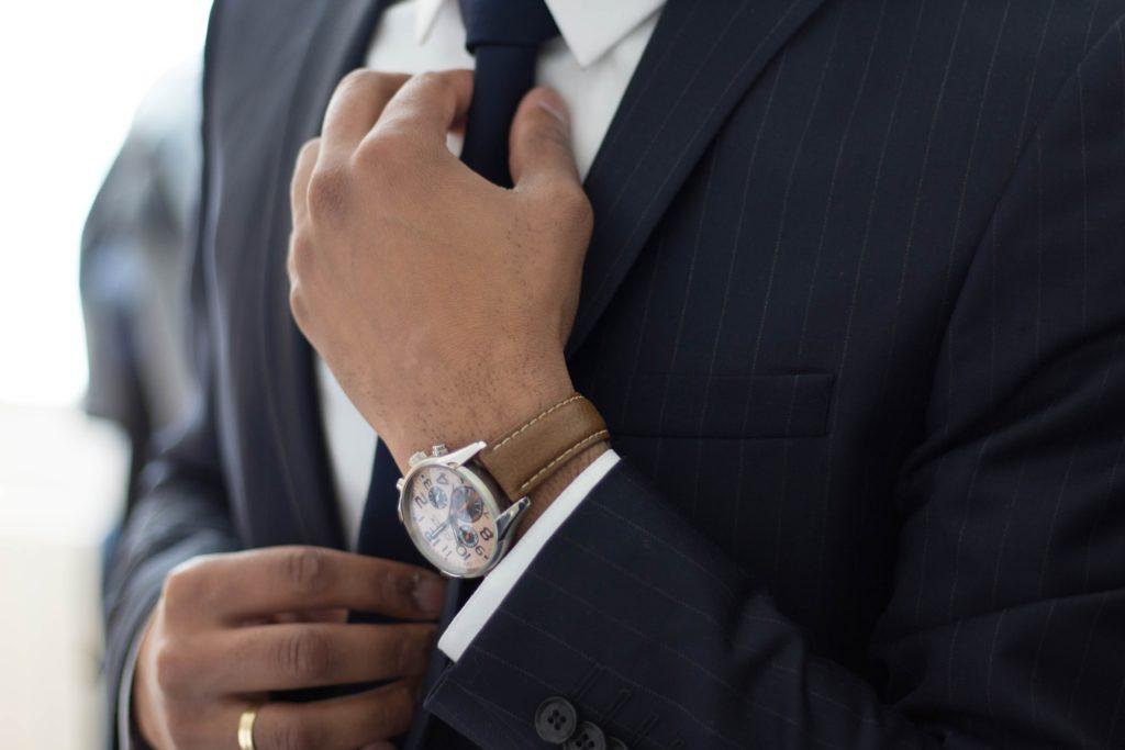 ネクタイを締める画像